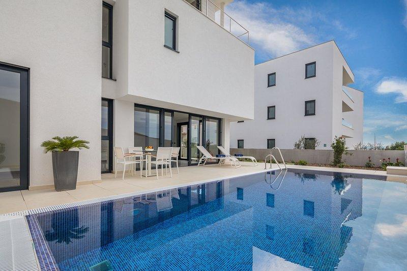 Luxury Villa Nautica Terza with Pool, vacation rental in Seget Vranjica