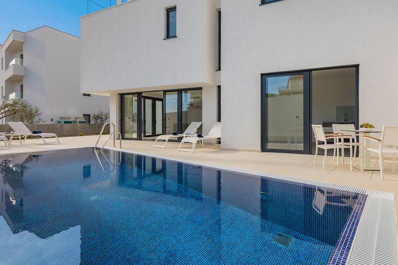 Luxury Villa Nautica Seconda with Pool, Ferienwohnung in Seget Vranjica