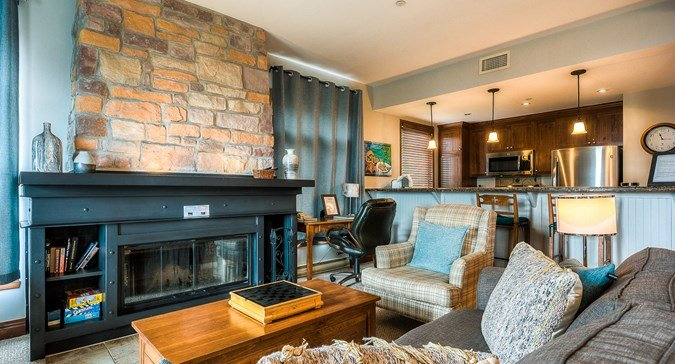 Prime Ski In/Out, Private Hot Tub, 3 min Walk to Village, holiday rental in Mont Tremblant