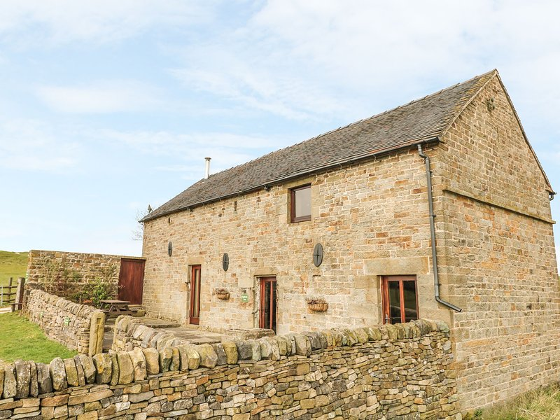 HIGHFIELDS BARN, mostly ground floor, romantic retreat, woodburning stove in, location de vacances à Butterton