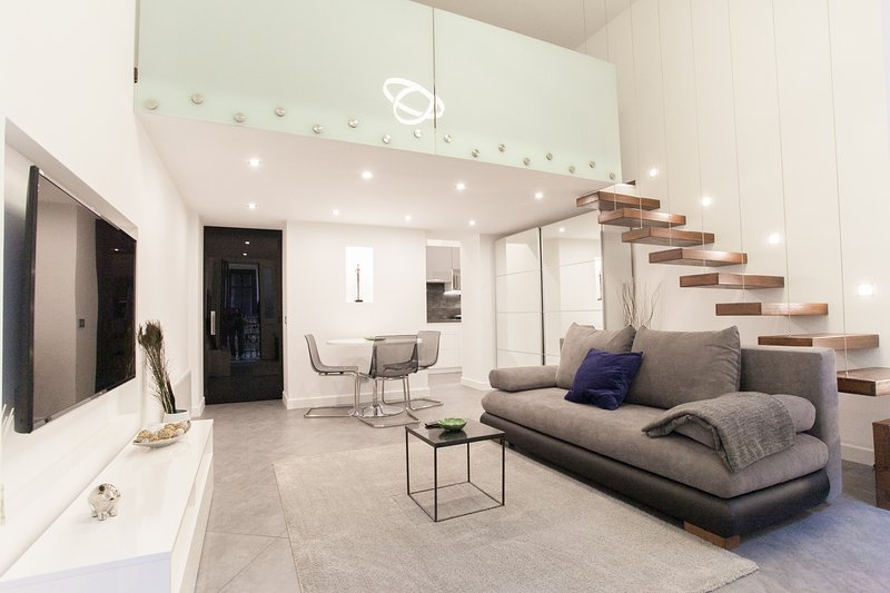 Stylish loft with finnish SAUNA and A/C, OZONE SANITIZED, alquiler vacacional en The Republic of Zubrowka