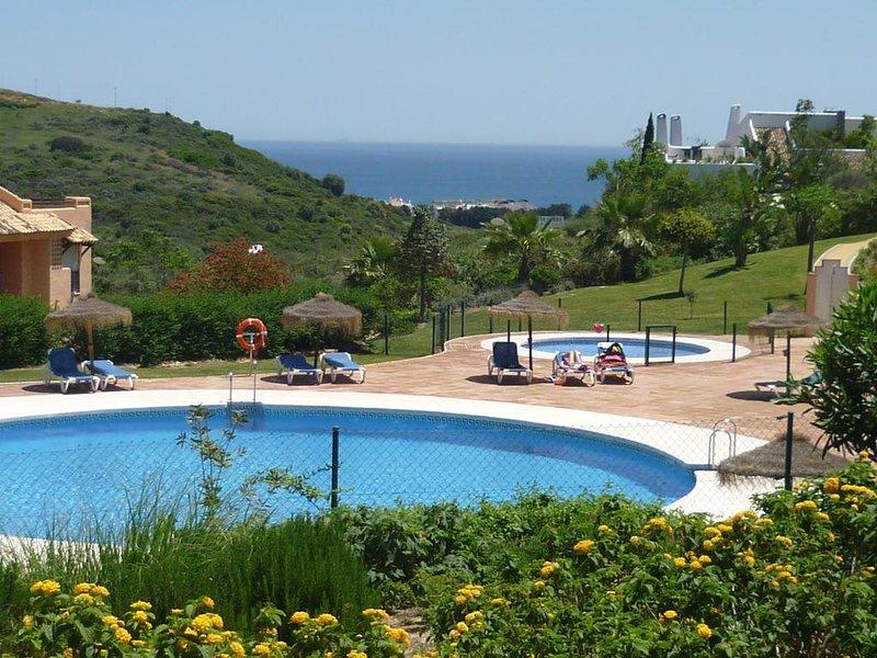 Appartement 2 ch situé dans un parc tropical  à 900 m de la mer, holiday rental in Casares del Sol