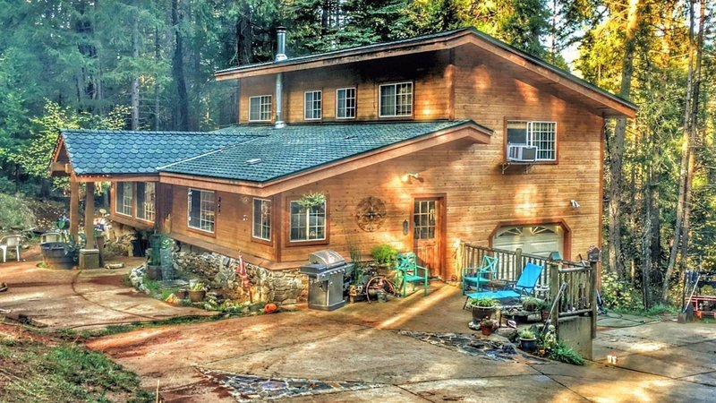 A Lovely Cabin Style House With Two Master Suites, holiday rental in Georgetown