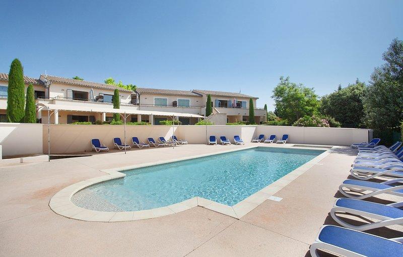 Prenez un bain rafraîchissant dans la magnifique piscine extérieure.