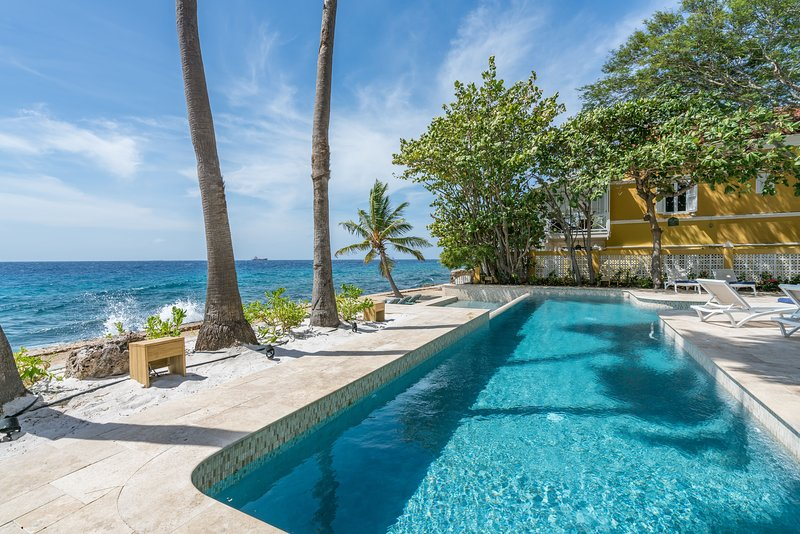 Sirena Bay Estate; Luxurious monumental oceanfront estate with private pool – semesterbostad i Curaçao