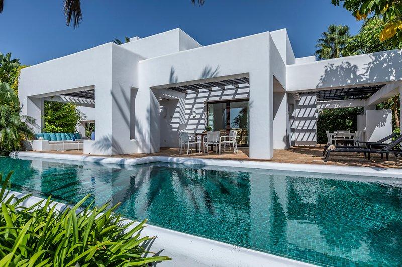 Buenas Noches Villa Sleeps 10 with Pool and Air Con - 5782797, vacation rental in Casares del Sol