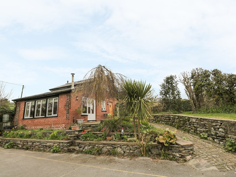 BECK COTTAGE, romantic detached cottage with woodburner, patio in Pennington, location de vacances à Newton in Furness