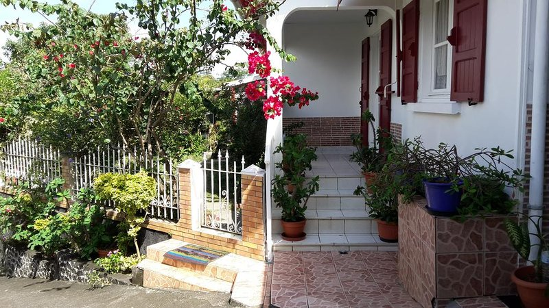 Beautiful house with garden & Wifi, vacation rental in Sainte-Anne