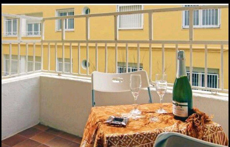 Beautiful apt with balcony & Wifi, aluguéis de temporada em Calella