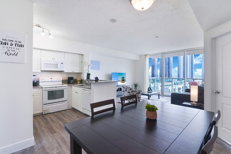 Charming 1BD Condo w balcony/ Partial Ocean View, holiday rental in Sunny Isles Beach