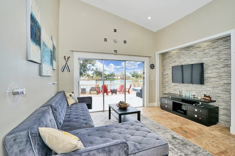 Enjoy Sunsets at a Fully Renovated Lakefront House on Relaxing Deck w/ kayak, holiday rental in Dania Beach