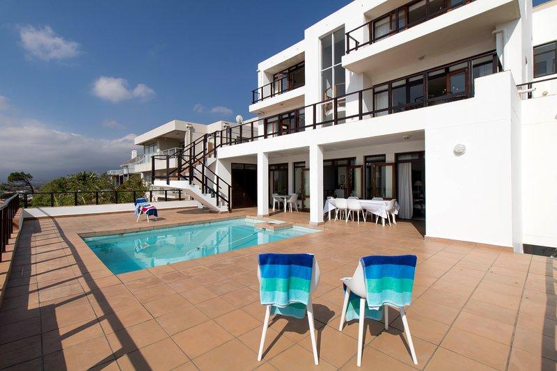 Las habitaciones tienen vistas al mar junto con esta fabulosa área de piscina privada, asientos al aire libre y barbacoa