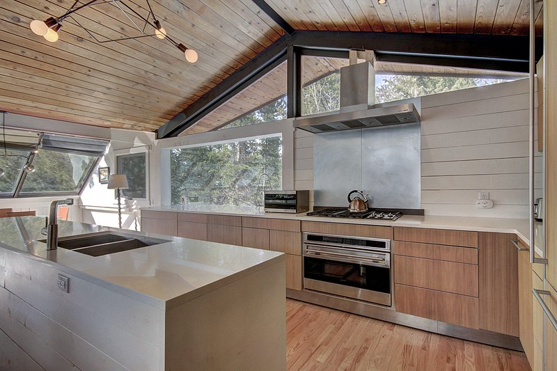 Prepare sabrosas comidas caseras con la comodidad de una cocina totalmente equipada.