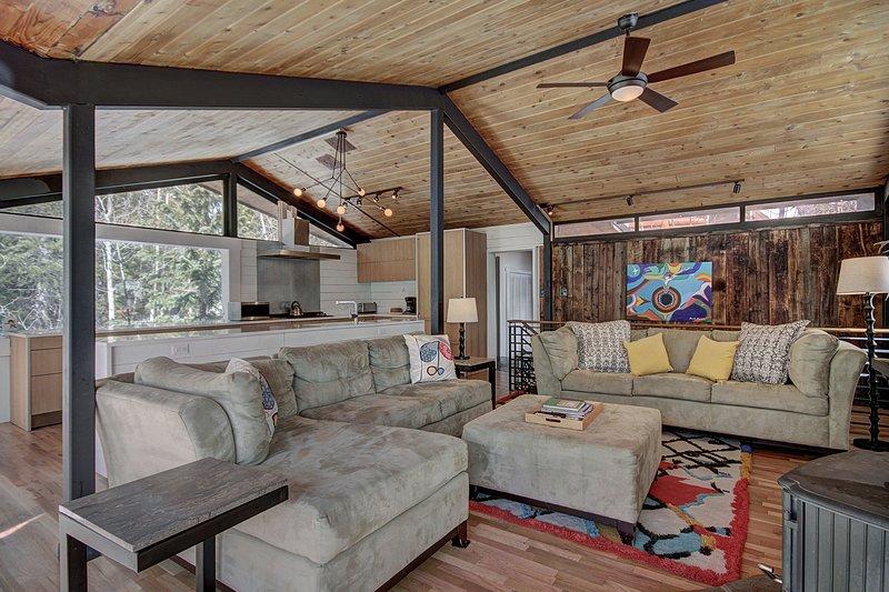 """Propiedad SkyRun - """"Elk Horn Cabin"""" - ¡Un montón de asientos para toda la familia en la sala de estar!"""