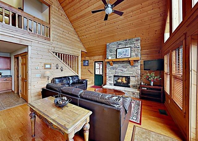 The Skybox: Wolf Ridge Retreat w/ Hot Tub & 2 Decks, Near Mid-Mountain Lifts, Ferienwohnung in Mars Hill