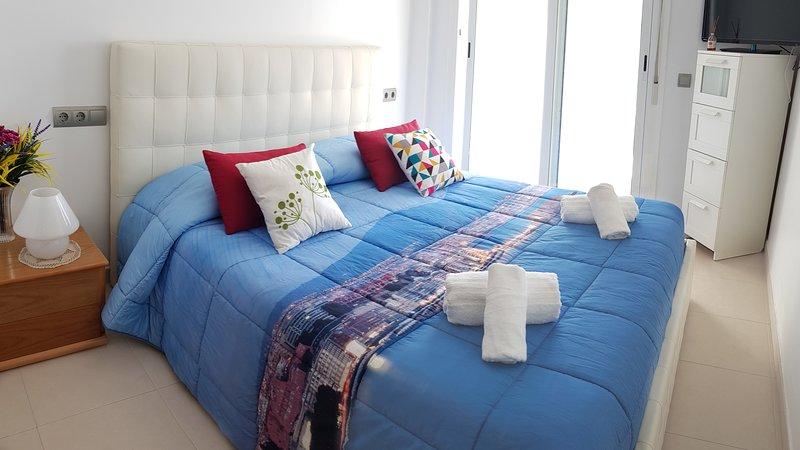 Elegant Suite with Private Bathroom. Perfect location. Only 200mt Cafe del Mar, alquiler vacacional en Sant Antoni de Portmany