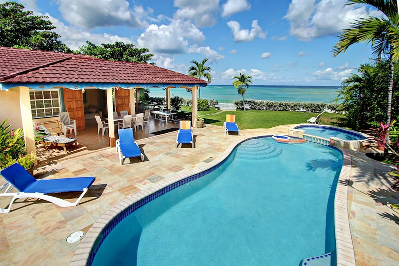 BEACHFRONT VILLAS! STAFFED, SWIMMING POOL, RUNAWAY BAY Bay, vacation rental in Runaway Bay