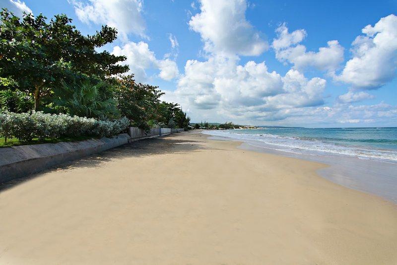 BEACHFRONT! LARGE REUNIONS! CHEF! POOL! SECURE! Siesta-Baywatch-Bahia, holiday rental in Runaway Bay