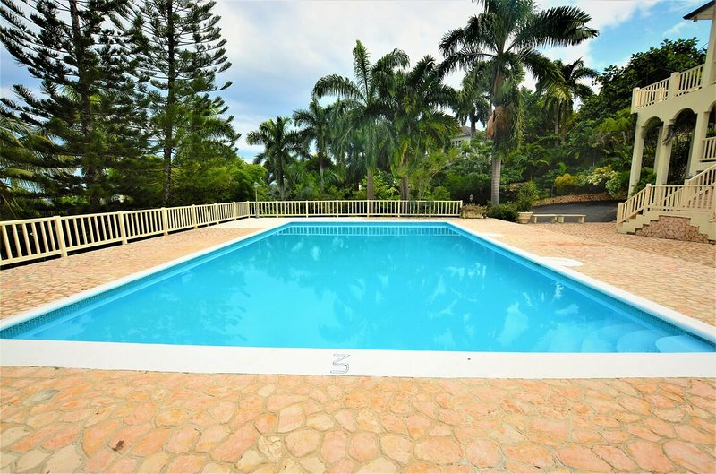 COOL RUNNINGS VILLA! LARGE POOL! FULLY STAFFED! GATED SECURE!  Thomas House- 6, vacation rental in Rose Hall