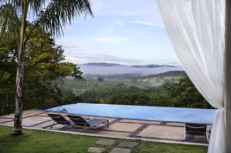 INFINITY POOL! FULLY STAFFED! PLANTATION AND BEACH!!, vacation rental in Duncans