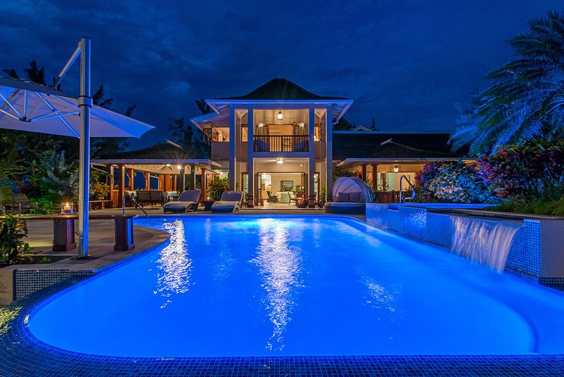 BEACHFRONT! LUXURY! MAGNIFICENT! STAFF! POOL! FORTLANDS 9BR, vacation rental in Discovery Bay