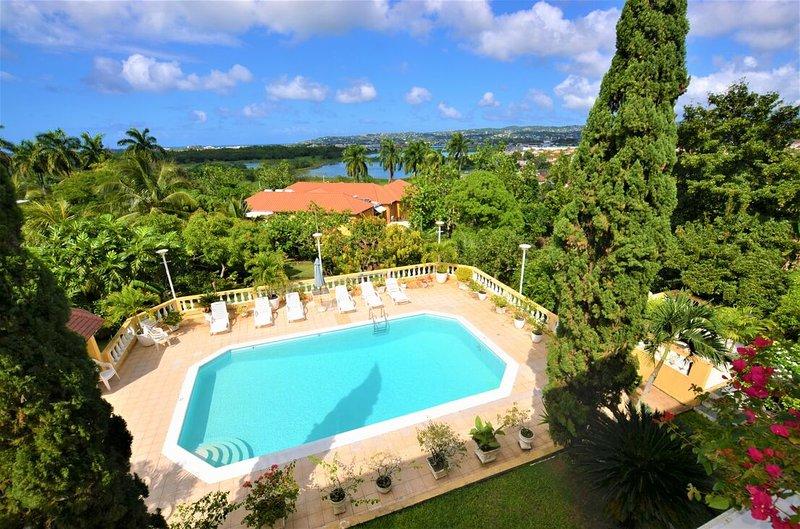 Affordable! Cook! Housekeeper! Pool! Bogue Villa, vakantiewoning in Wiltshire