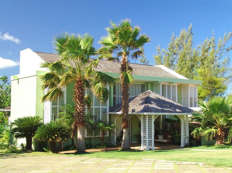 BEACHFRONT! TENNIS! KAYAKS! FULLY STAFFED! POOL! Seagrapes, Discovery Bay 4BR, vacation rental in Discovery Bay