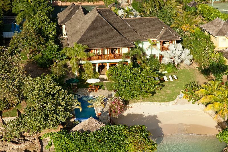 BEACHFRONT, LUXURY, TENNIS, GYM, SEA KAYAKS, 7 BR! STAFFED! WHISPERING WATERS, holiday rental in Discovery Bay