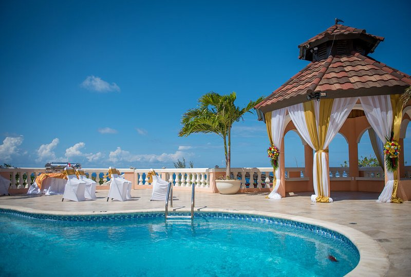 GRAND ELEGANCE! CHEF! POOL! BUTLER SERVICE! SWIMMING POOL! FAMILY REUNIONS, location de vacances à Montego Bay