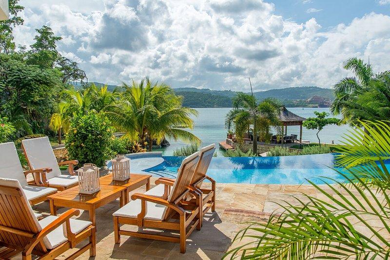 BEACHFRONT, LUXURY, BUTLER, CHEF, TENNIS, GYM, SEA KAYAKS, Makana, vacation rental in Discovery Bay