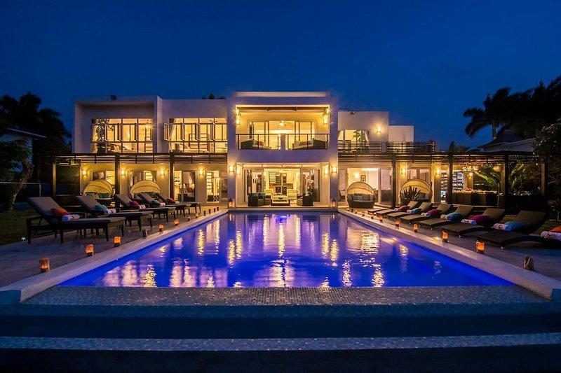 Välkommen till Dreamtime Villa. Beachfront med Butlerservice! 6 sovrum + tonåringar / barnrum gör totalt 7 sovrum.