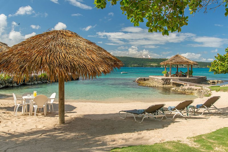 BEACHFRONT! GAZEBO! KAYAKS! POOL! FULLY STAFFED! Linger Awile Villa 3BR, vacation rental in Discovery Bay