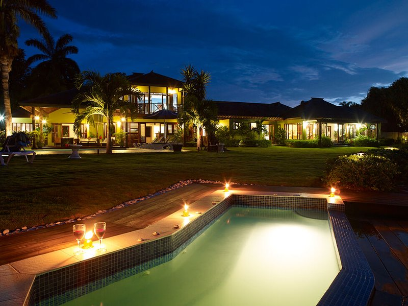 BEACHFRONT! FULLY STAFFED! POOL! TENNIS COURT!Four Winds - Ocho Rios 4BR, holiday rental in Mammee Bay