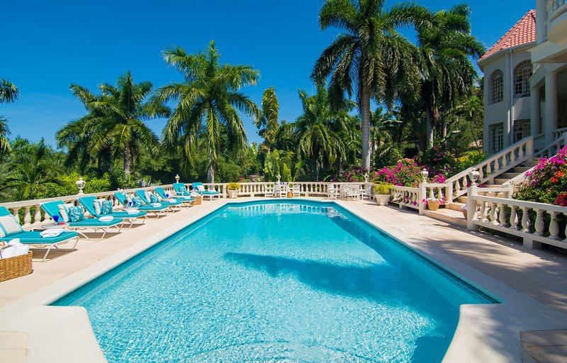 BEACH MEMBERSHIP, PRIVATE POOL, FULLY STAFFED, ELEGANT AND GRAND 6 BR, vacation rental in Rose Hall