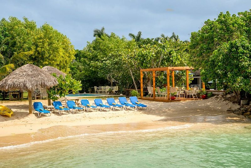 BEACHFRONT VILLA, FULLY STAFFED, PRIVATE POOL,Coral Cove-Discovery Bay 4BR, holiday rental in Discovery Bay