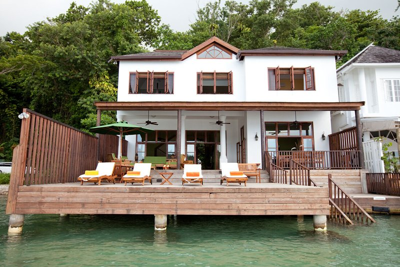 Waterfront Luxury! Fully staffed! Blue Lagoon! Luxury all the way!Avalon, holiday rental in Long Bay
