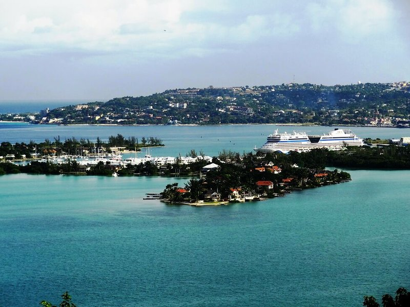 VIEWS!! INFINITY POOL! STAFF! MONTEGO BAY! FAMILY FRIENDLY- SEASCAPE, vakantiewoning in Wiltshire