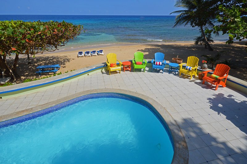 BEACHFRONT! STAFF! POOL! AFFORDABLE! Idle Hours - Runaway Bay 3BR, vacation rental in Runaway Bay