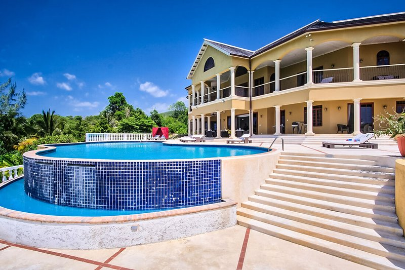 LUXURY VILLA! FULLY STAFFED! POOL! GOLF! SECURITY! Golden Castle Villa 8BR, vacation rental in Rose Hall
