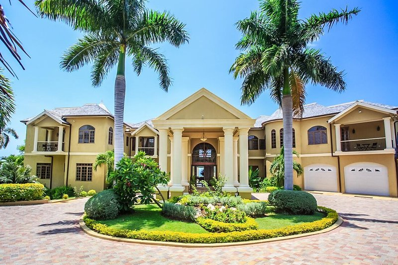 LUXURY! LARGE! FAMILY REUNIONS! FULLY STAFFED! Golden Castle Villa 5BR, vacation rental in Rose Hall