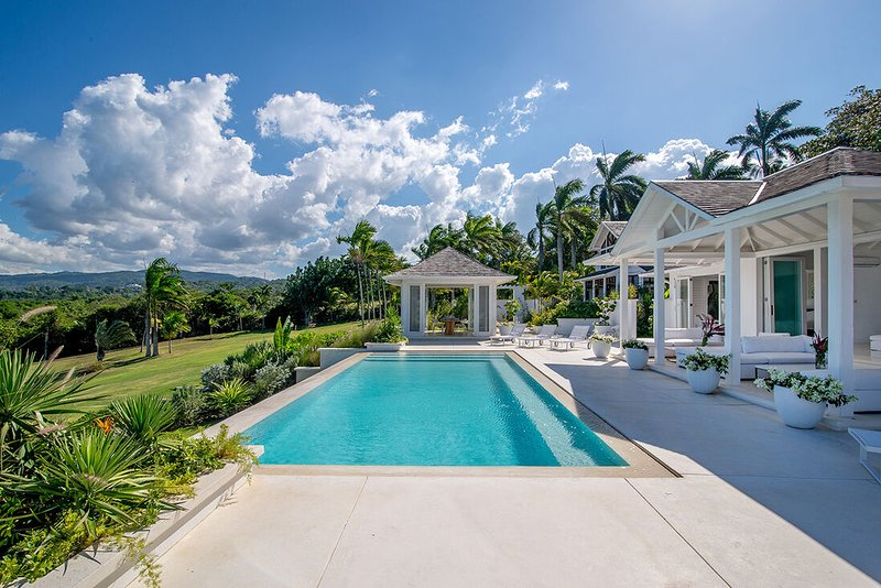WATERFRONT! LUXURY CHIC! INFINITY POOL! STAFF! Ultimate Luxury- Seaside Villa, location de vacances à Montego Bay