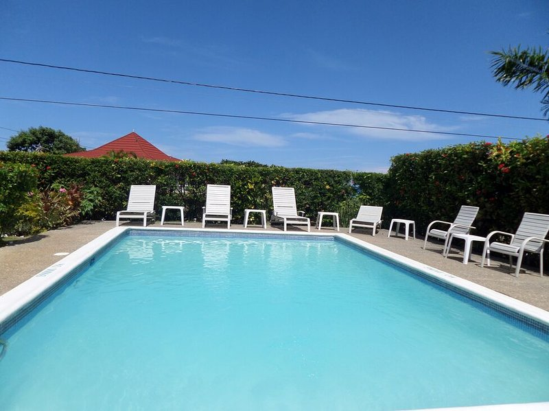 POOL! SHORT WALK TO THE BEACH! STAFF! FAMILY! AFFORDABLE - Primrose, holiday rental in Silver Sands