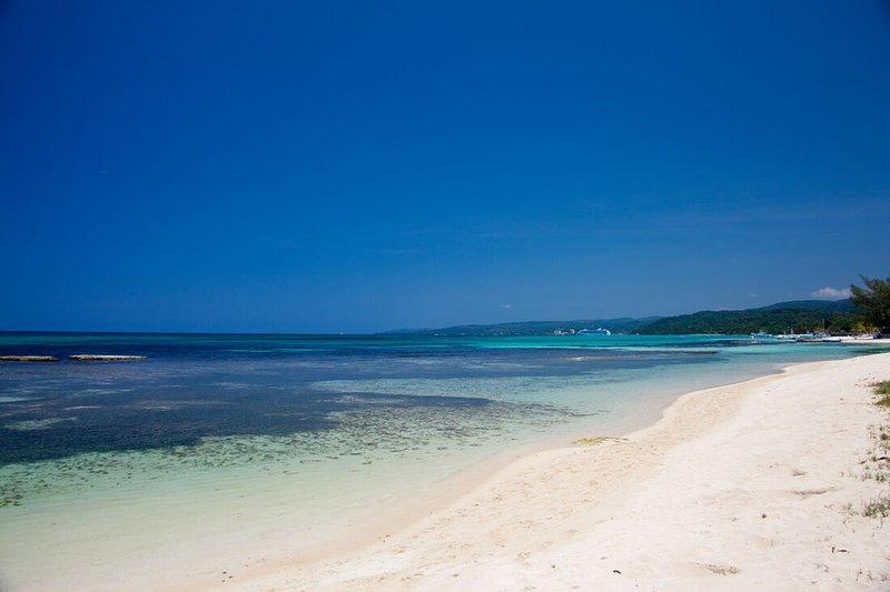 BEACHFRONT! STAFF! POOL! FAMILY! WEDDINGS! Seven Seas - Ocho Rios 4BR, holiday rental in Mammee Bay