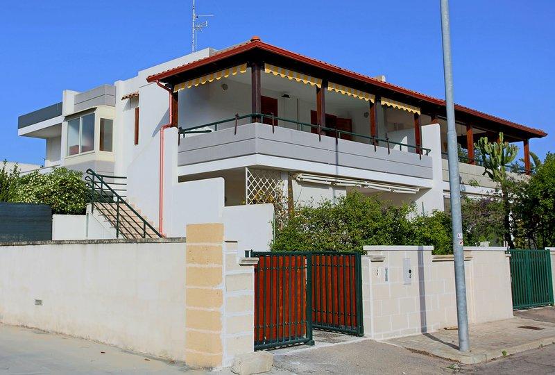 Villetta Luna nel Salento vicina al mare ed ai servizi ideale per famiglie, holiday rental in San Cataldo