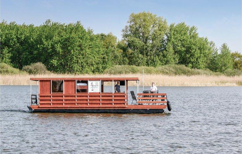 Beautiful ship/boat in Neustrelitz with 2 Bedrooms (DMV006), aluguéis de temporada em Neubrandenburg