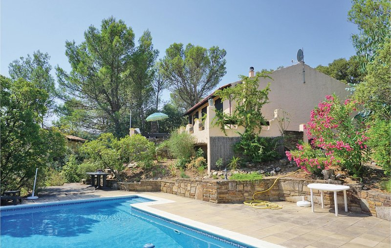 Amazing home in Prades sur Vernazobre with Outdoor swimming pool, WiFi and Outdo, location de vacances à Saint-Chinian