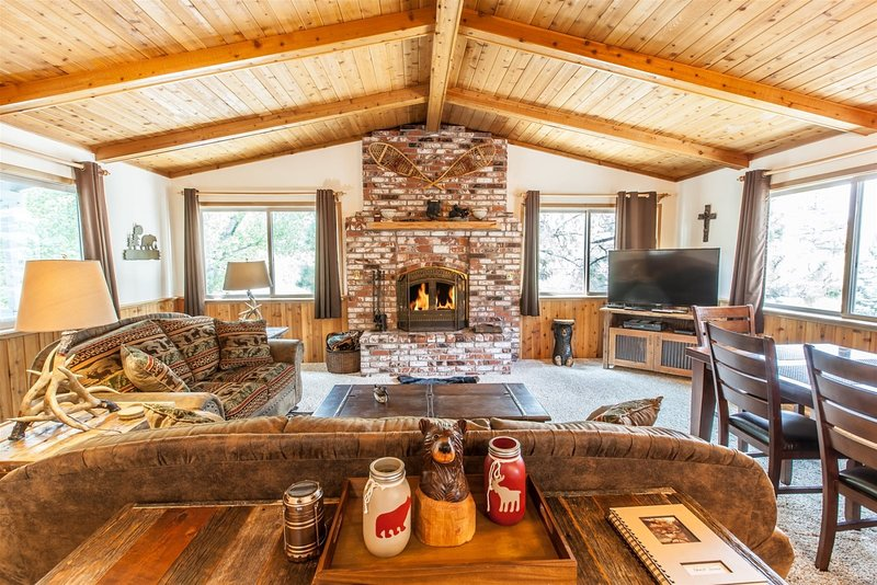 Bear Mountain Retreat - Gorgeous Big Bear Getaway with ALL the Amenities and Bea, holiday rental in Moonridge