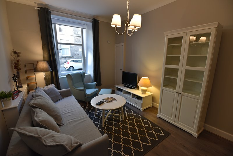 First Caledonian One-Bedroom Ground Floor Luxury Apartment, vacation rental in Edinburgh