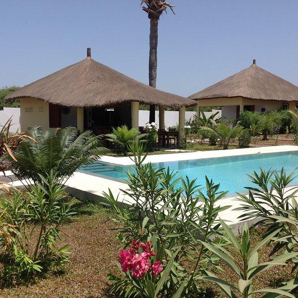 Bungalow ' CAJOU' dans un cadre verdoyant face à une belle piscine à debordemant, holiday rental in Cap Skiring