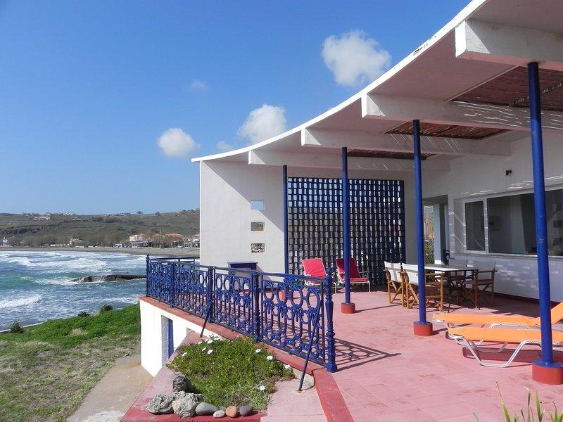 Blue Sea Tavari – Architektenhaus direkt am Meer, aluguéis de temporada em Sigri